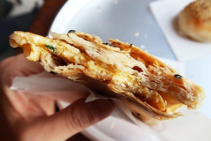 五反田「東京豆漿生活」葱蛋(100円)入り焼餅(シャオビン、180円)が美味い