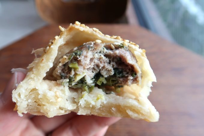 五反田「東京豆漿生活」小さいながらも葱肉酥餅(280円)の餡はずっしりと食べ応えある