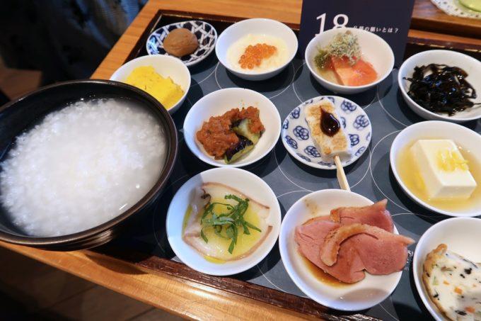 築地本願寺のカフェ「sumugi(ツムギ)」18品の朝ごはん(1800円)のおかず(左)