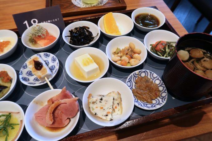 築地本願寺のカフェ「sumugi(ツムギ)」18品の朝ごはん(1800円)のおかず(右)