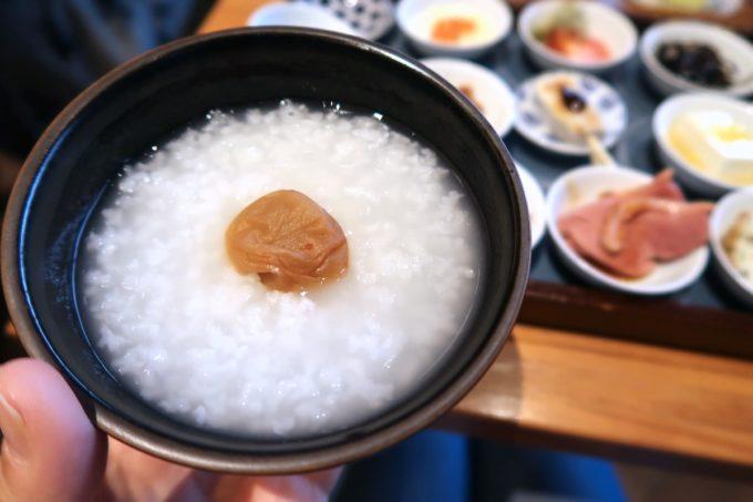 築地本願寺のカフェ「sumugi(ツムギ)」18品の朝ごはん(1800円)のお粥はおかわり自由だった