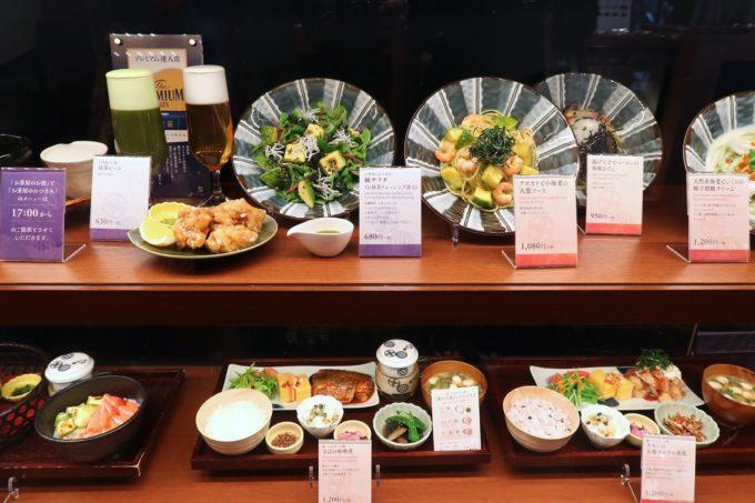 築地本願寺のカフェ「sumugi(ツムギ)」ショーケースに並ぶ定食やサラダ。