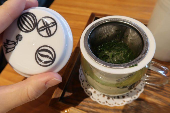 築地本願寺のカフェ「sumugi(ツムギ)」朝食につくお茶は温茶と冷茶が選べる