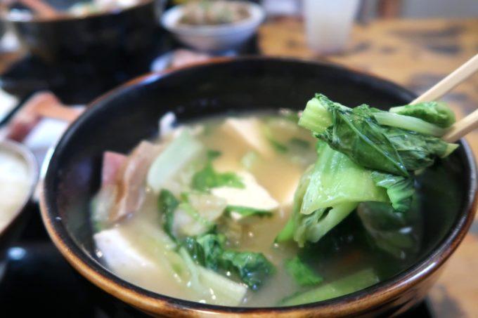 浦添市伊祖「ゆがふ家」のみそ汁にはたっぷりの葉野菜が入っている