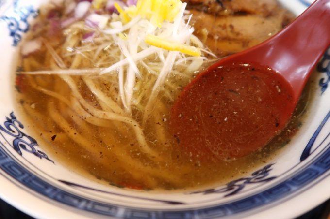 沖縄市園田「下品なぐらいダシのうまいラーメン屋」マグロ節そばの透き通ったスープ