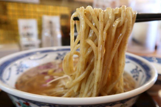 沖縄市園田「下品なぐらいダシのうまいラーメン屋」マグロ節そばの全粒粉な麺を箸揚げ