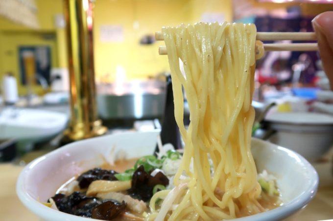 那覇・牧志「オロチョンラーメン」味噌 4辛(870円)の麺を箸揚げ