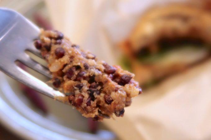デパートリウボウ2階「楽園カフェ(樂園CAFE)」沖縄雑穀バーガーのパティには高きびをたっぷり使っている。