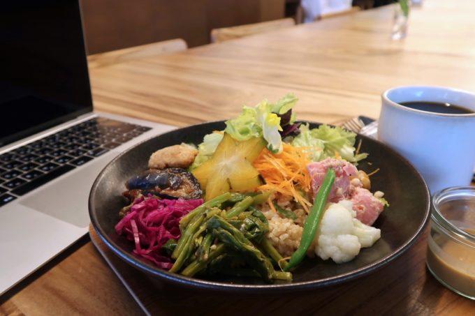 デパートリウボウ2階「楽園カフェ(樂園CAFE)」島野菜の楽園サラダライスボウルのドリンクセット(1210円)