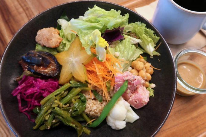 デパートリウボウ2階「楽園カフェ(樂園CAFE)」島野菜の楽園サラダライスボウル(単品990円)