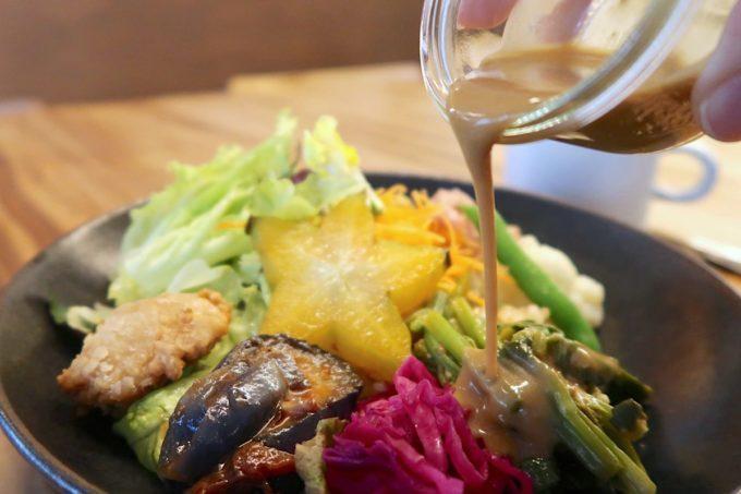 デパートリウボウ2階「楽園カフェ(樂園CAFE)」島野菜の楽園サラダライスボウルはソースをかけていただく。