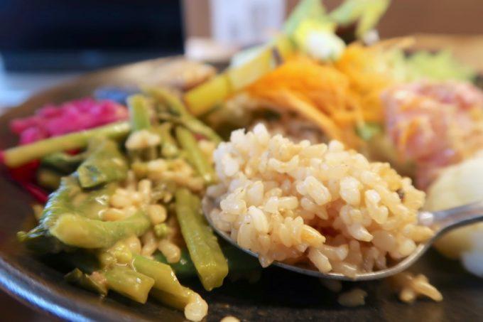デパートリウボウ2階「楽園カフェ(樂園CAFE)」島野菜の楽園サラダライスボウルのごはんは玄米だった。