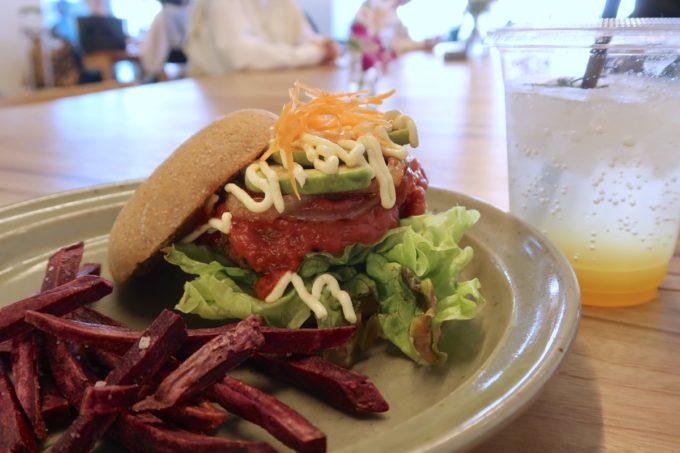 デパートリウボウ2階「楽園カフェ(樂園CAFE)」沖縄雑穀バーガーのドリンクセット(1320円)