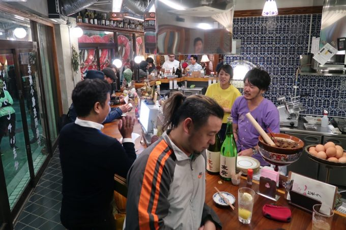那覇・松尾「末廣ブルース」の店内(カウンター席)