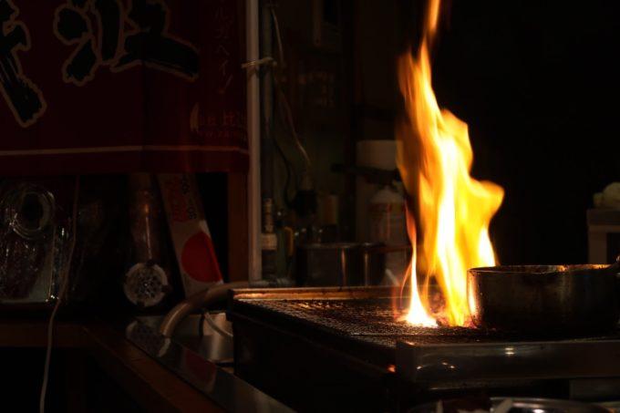 那覇・松尾「大衆立呑酒場 垂れ屋」の焼き場に炎が上がる