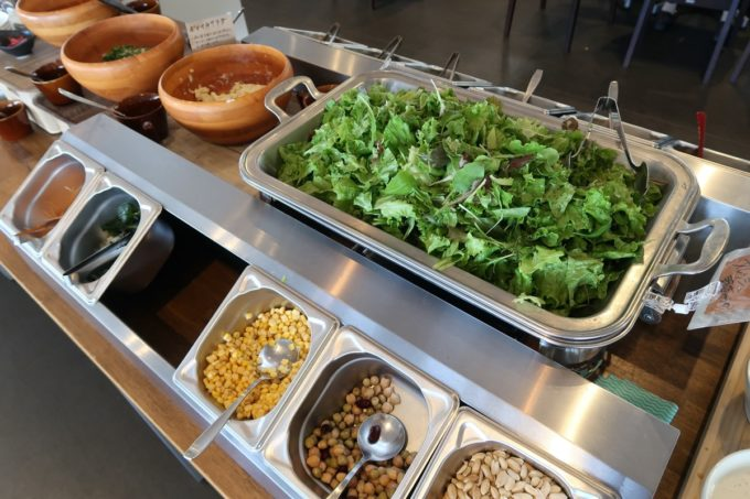 「うるま市民食堂」の産直野菜バイキング