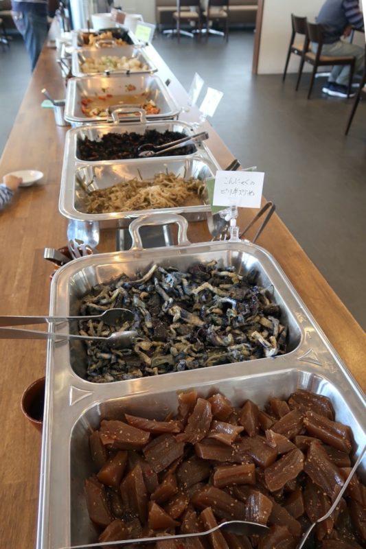 「うるま市民食堂」のバイキングの一部(おかず類)