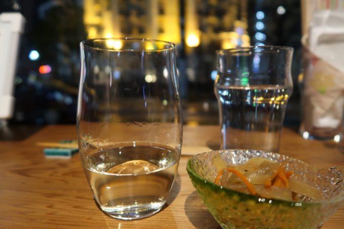 横浜「be Rock 宮川橋店」大阪の秋鹿 純米稲穂ラベル(H29BY、時価)とお水をいただく。