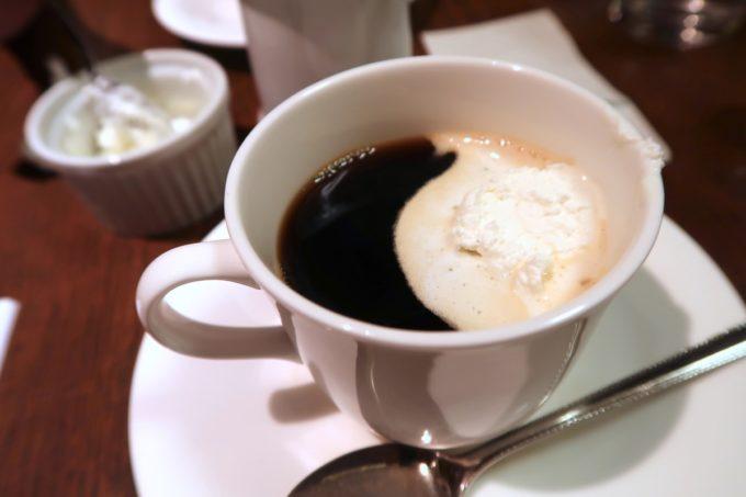 東銀座「喫茶YOU」ランチセットのコーヒーには生クリームをトッピング