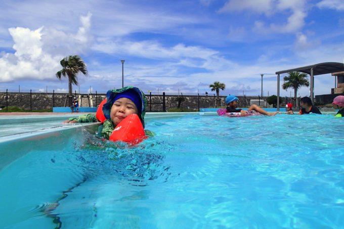 嘉手納町「兼久海浜公園ウォーターガーデン」児童用プールに入るお子サマー
