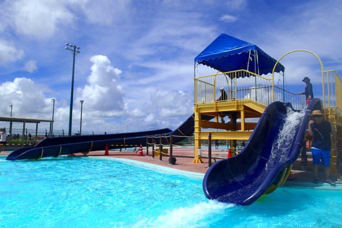 嘉手納町「兼久海浜公園ウォーターガーデン」児童プールの滑り台(ウォータースライダー)