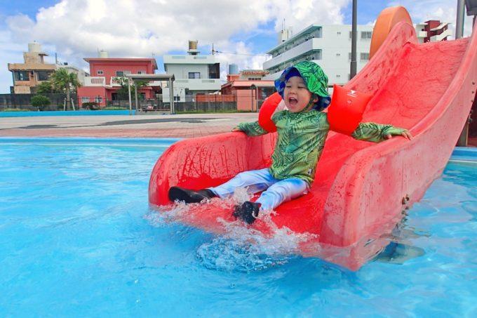 嘉手納町「兼久海浜公園ウォーターガーデン」幼児プールに設置している滑り台