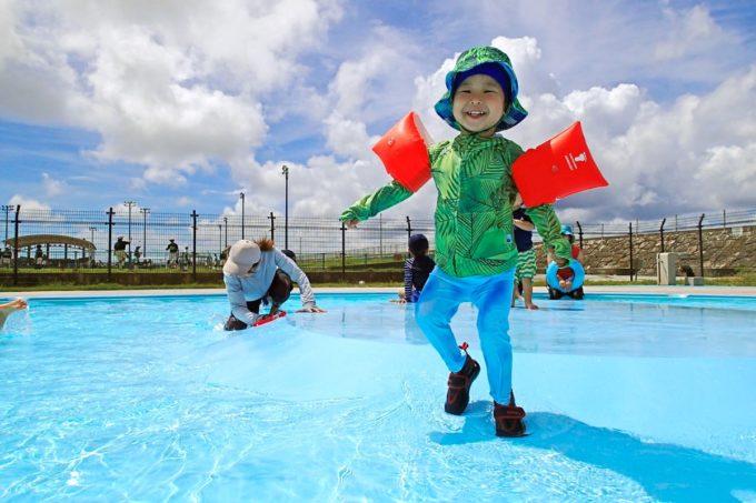 嘉手納町「兼久海浜公園ウォーターガーデン」幼児プールには小さな丘がある