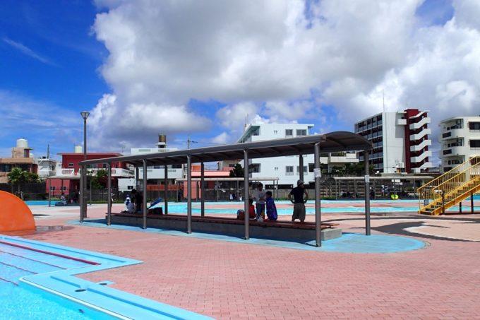 嘉手納町「兼久海浜公園ウォーターガーデン」には日除け付きのベンチがあった