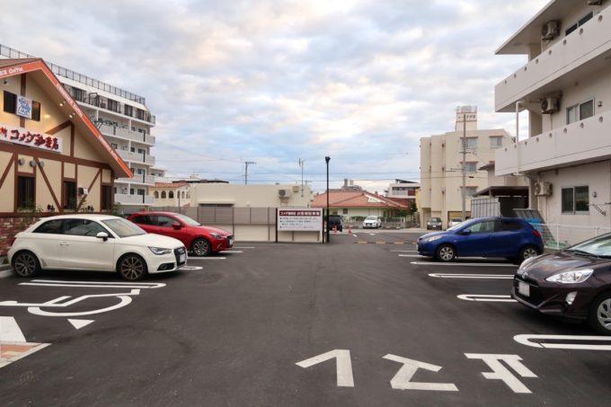 宜野湾「コメダ珈琲店 沖縄宜野湾宇地泊店」の広々とした駐車場
