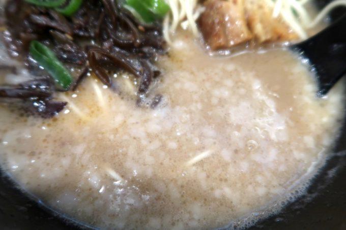 那覇・銘苅「麺や偶 もとなり」もとなりラーメンの濃厚な豚骨スープ。