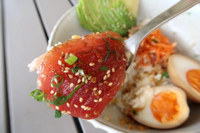 北谷「& Eggs(アンドエッグス)」味噌ソースとわさび醤油の2種類の味が楽しめる