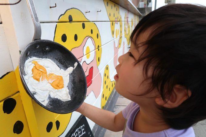 北谷「& Eggs(アンドエッグス)」の入り口にある目玉焼きのフライパン