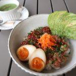 北谷「&Eggs(アンドエッグス)」サーファーズボウル(1320円)とほうれん草のクラムチャウダー(ハーフサイズ、460円)