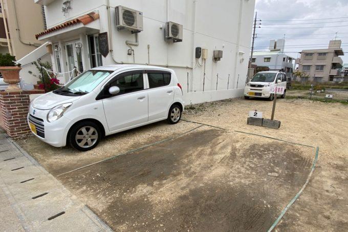 那覇・真嘉比「Stay Gold(ステイゴールド)」のお店右側にある駐車場