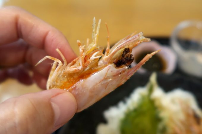 沖縄県宜野座村「車えびレストラン 球屋」カリッと揚ったエビの頭がザクザク刺さる。