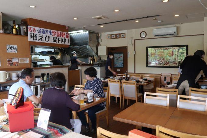 沖縄県宜野座村「車えびレストラン 球屋」の店内(テーブル席)