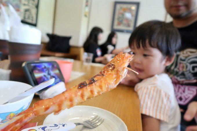 沖縄県宜野座村「車えびレストラン 球屋」のヤワラ塩焼きをスルーするお子サマー。