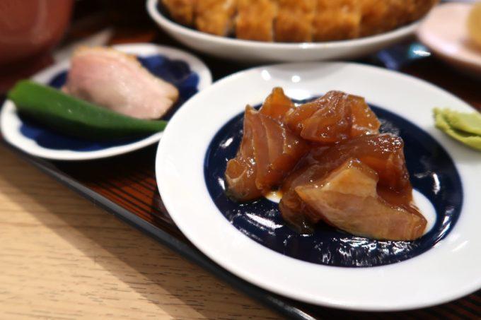 那覇・久茂地「揚げもんとサワーの店 アゲサワ」ランチには3種盛りの豆皿がついてくる