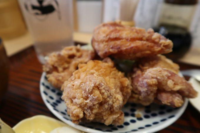 那覇・久茂地「揚げもんとサワーの店 アゲサワ」鶏カラ定食(780円)の唐揚げは4つ、ボリューム満点。