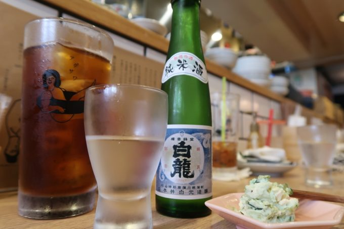 那覇・久茂地「揚げもんとサワーの店 アゲサワ」セルフで選ぶ日本酒(二合瓶、880円)