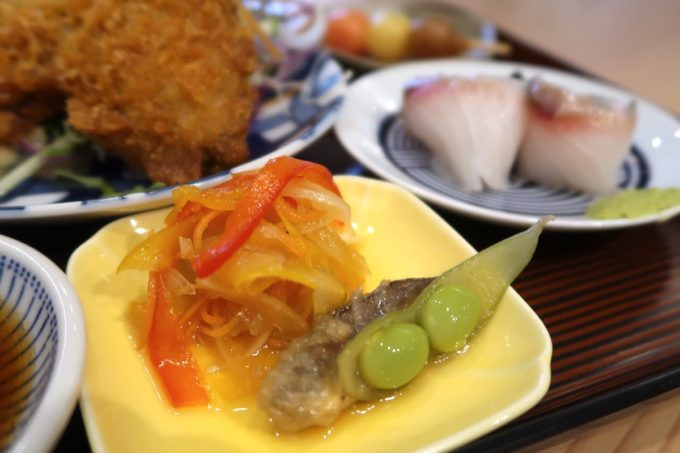 那覇・久茂地「揚げもんとサワーの店 アゲサワ」大きなアジフライ定食(780円)の豆皿