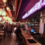 那覇・国際通りののれん街地下にあるビアバー「クラフトビールしまねこ」の様子