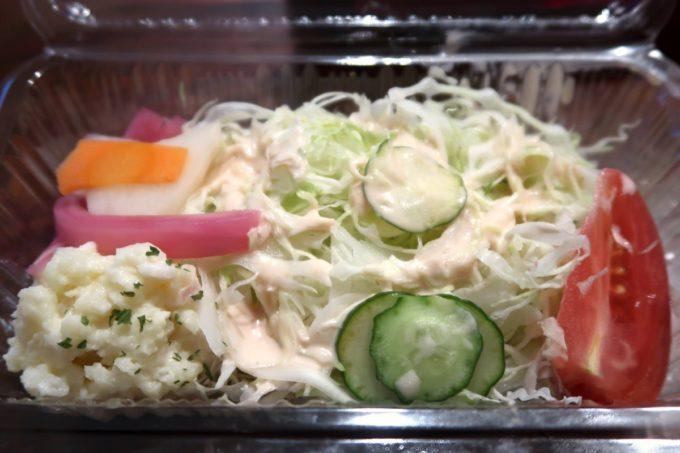 那覇・栄町「食堂ヘンサ森」カツカレー(お持ち帰り弁当、550円)とセットのサラダ
