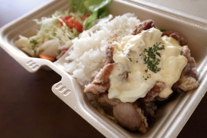 那覇・栄町「食堂ヘンサ森」チキン南蛮(お持ち帰り弁当、550円)はタルタルソースがたっぷりと。