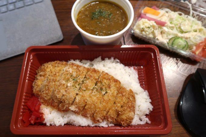 那覇・栄町「食堂ヘンサ森」カツカレー(お持ち帰り弁当、550円)