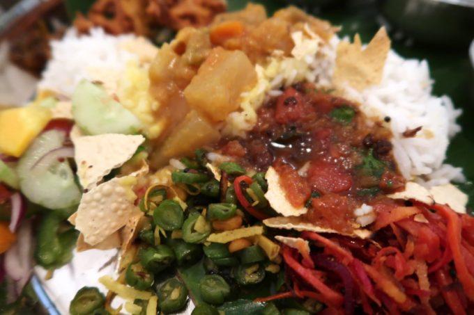 那覇・松尾「南インド料理 マリアラム(Malayalam)」いろんなカレーをかけて食べる