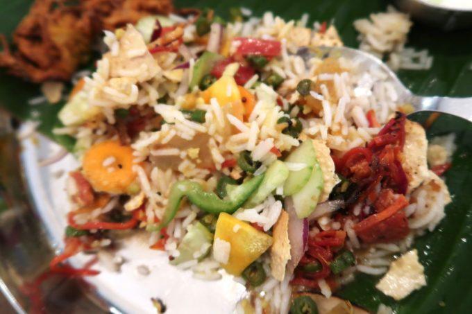 那覇・松尾「南インド料理 マリアラム(Malayalam)」カレー3種や野菜の副菜などを全てミックスしていただく