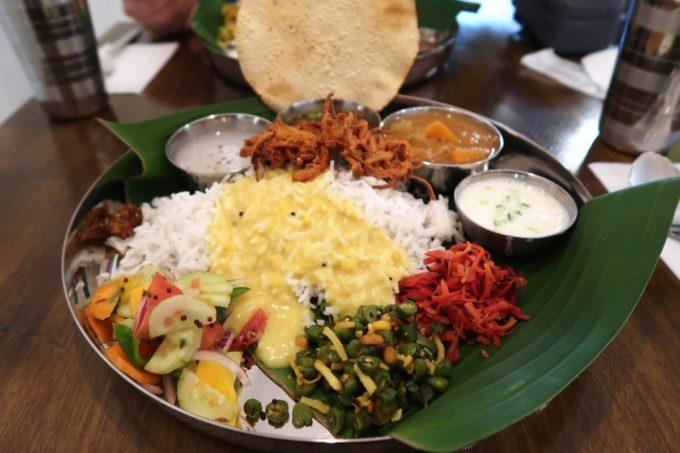 那覇・松尾「南インド料理 マリアラム(Malayalam)」Bセット(1400円)にはvegカレー3品や副菜などがついてくる