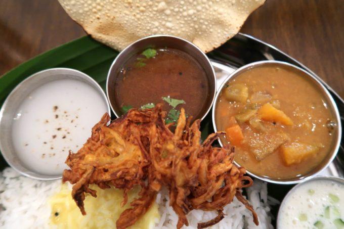 那覇・松尾「南インド料理 マリアラム(Malayalam)」お米のスープ、お豆と野菜のカレー、黒胡椒とフレッシュトマトのカレー、野菜の揚げもの