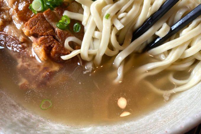 那覇市安謝「おもろ殿内」の沖縄そばのスープ